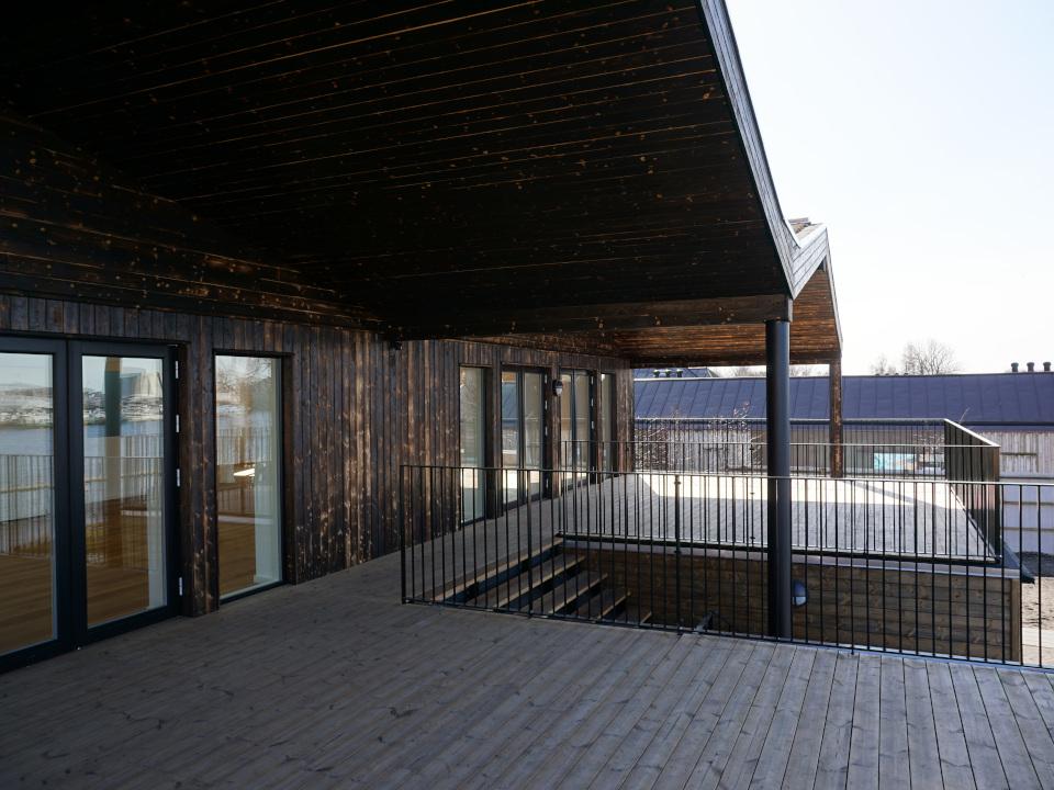Terrasse med stort tagudhæng